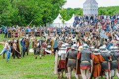 Kampf der Barbaren mit der römischen leichten Infanterie Festival ` Zeiten und Epochen stockfotos