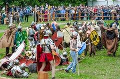 Kampf der Barbaren mit der römischen leichten Infanterie Festival ` Zeiten und Epochen lizenzfreies stockfoto