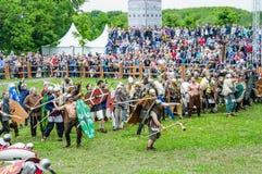 Kampf der Barbaren mit der römischen leichten Infanterie Festival ` Zeiten und Epochen lizenzfreie stockbilder