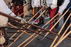 Kampf mit mittelalterlichen europäischen Stangen, Stangenwaffen: Wellen und PO Lizenzfreie Stockfotografie