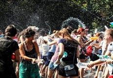 Kampf mit Wasser von der Flasche auf Straße Lizenzfreies Stockfoto
