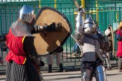 Kampf mit zwei Rittern Stockbilder