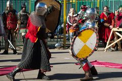 Kampf mit zwei Rittern Stockfotos