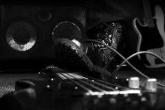 Kampf-Stiefel, der auf Bass Guitar tritt Hardrock und Heavy Metal Stockbild