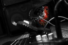Kampf-Stiefel, der auf Bass Guitar tritt Hardrock und Heavy Metal Stockbilder