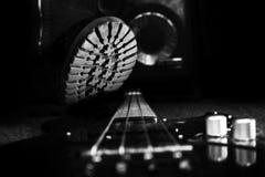Kampf-Stiefel, der auf Bass Guitar tritt Hardrock und Heavy Metal lizenzfreie stockfotografie
