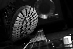 Kampf-Stiefel, der auf Bass Guitar tritt Hardrock und Heavy Metal stockfoto