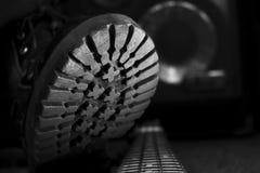 Kampf-Stiefel, der auf Bass Guitar tritt Hardrock und Heavy Metal Stockfotos