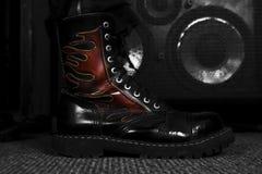 Kampf-Stiefel, der auf Bass Guitar tritt Hardrock und Heavy Metal Lizenzfreie Stockfotos