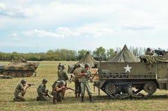 Kampfdemonstrationen des zweiten Weltkriegs mit historischer Technik lizenzfreie stockfotografie