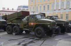 Kampffahrzeug BM-21-1 (MLRS-Absolvent) früh morgens wartend, um die Wiederholung der Parade zu beginnen heiliger Lizenzfreie Stockbilder