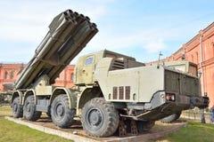 Kampffahrzeug 9A52 300-Millimeter-mehrfache Raketenwerfer Smerch 9K58 Stockfoto