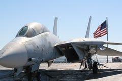 Kampfflugzeug auf einer Fördermaschinenplattform Lizenzfreie Stockfotos