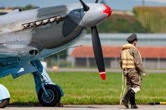 Kampfflugzeug D-FYGJ Zweiten Weltkrieges Yakovlev Yak-3M mit einem Piloten gekleidet in der Zeitraumuniform stockbild