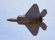 Kampfflugzeug des Raubvogels F-22 Stockfotos