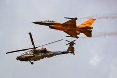 Kampfflugzeug F-16-Flugzeuge und ah-64 Apache Angriff heli Lizenzfreie Stockfotografie