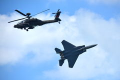 Kampfflugzeug RSAF F-15SG und Apache-Hubschrauber, der Kunstfliegen in Singapur Airshow durchführt Stockbilder
