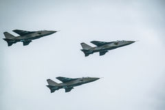 Kampfflugzeuge auf Hintergrund des blauen Himmels Lizenzfreie Stockbilder