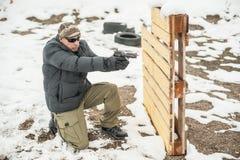 Kampfgewehr-Schießentraining hinter und um Abdeckung oder Barrikade stockbild