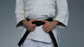 Kampfkünste beherrschen mit schwarzem Gürtel stock footage
