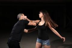 Kampfkunstfrauausbilder stockfotos