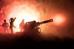 Kampfszene mit arillery und stehenden Soldaten Schattenbild des alten Feldgeschützes stehend am Feld bereit abzufeuern Mit bunter Stockfoto