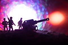 Kampfszene mit arillery und stehenden Soldaten Schattenbild des alten Feldgeschützes stehend am Feld bereit abzufeuern Mit bunter Stockfotografie