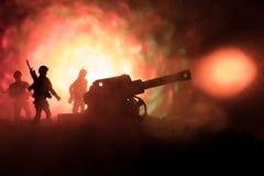 Kampfszene mit arillery und stehenden Soldaten Schattenbild des alten Feldgeschützes stehend am Feld bereit abzufeuern Mit bunter Lizenzfreies Stockbild