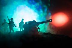 Kampfszene mit arillery und stehenden Soldaten Schattenbild des alten Feldgeschützes stehend am Feld bereit abzufeuern Mit bunter Lizenzfreie Stockbilder