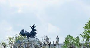 Kampfwagen auf dem Parlament in Wien, Österreich, die Flagge im Wind, Statue stock video