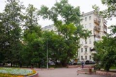 Kampfyrkanten parkerar och hyreshus i Moskva 17 07 2017 Fotografering för Bildbyråer