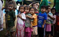 KAMPHAENGPHET,泰国- 2014 1月08日,所有族群在非常穷的泰国,但是有美好的文化,这些孩子` s 库存照片