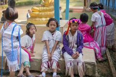 KAMPHAENGPHET,泰国- 2014 1月08日,所有族群在非常穷的泰国,但是有美好的文化,这些孩子` s 库存图片