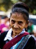 KAMPHAENGPHET,泰国- 2014 1月01日,所有族群在非常穷的泰国,但是有美好的文化 这名老卡伦妇女 库存图片