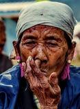 KAMPHAENGPHET,泰国- 2014 1月01日,所有族群在非常穷的泰国,但是有美好的文化 这名老卡伦妇女 免版税库存照片