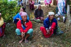 KAMPHAENGPHET,泰国- 2014 1月01日,所有族群在非常穷的泰国,但是有美好的文化 这名老卡伦妇女 免版税库存图片