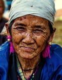 KAMPHAENGPHET,泰国- 2014 1月01日,所有族群在非常穷的泰国,但是有美好的文化 这名老卡伦妇女 免版税图库摄影