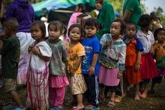 KAMPHAENGPHET, TAJLANDIA - Styczeń 08, 2014 Wszystkie grupa etnicza w Tajlandia prawdziwej biedzie ale piękną kulturę, Te dzieci  Zdjęcia Stock