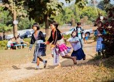 KAMPHAENGPHET, TAJLANDIA - Styczeń 08, 2014 Wszystkie grupa etnicza w Tajlandia prawdziwej biedzie ale piękną kulturę, Te dzieci  Obraz Stock