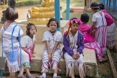 KAMPHAENGPHET, TAJLANDIA - Styczeń 08, 2014 Wszystkie grupa etnicza w Tajlandia prawdziwej biedzie ale piękną kulturę, Te dzieci  Obrazy Stock