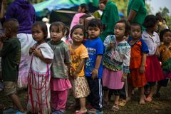 KAMPHAENGPHET, THAÏLANDE - 8 janvier 2014 toute l'ethnie en Thaïlande très pauvre mais a la belle culture, le ` s de ces enfants Photos stock