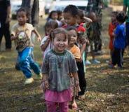 KAMPHAENGPHET, THAILAND - 08 Januari, 2014 Al etnische groep in zeer slecht Thailand maar heeft mooie cultuur, Deze Kinderen ` s Stock Foto's