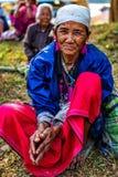 KAMPHAENGPHET, THAILAND - 01 Januari, 2014 Al etnische groep in zeer slecht Thailand maar heeft mooie cultuur Deze oude vrouw van Stock Foto