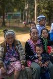 KAMPHAENGPHET THAILAND - Januari 01, 2014 har all folkgrupp i mycket fattiga Thailand men härlig kultur, denna gamla Hmong stam arkivbilder