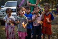KAMPHAENGPHET THAILAND - Januari 08, 2014 har all folkgrupp i mycket fattiga Thailand men härlig kultur, ` s för dessa barn Royaltyfria Bilder