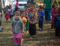 KAMPHAENGPHET THAILAND - Januari 08, 2014 har all folkgrupp i mycket fattiga Thailand men härlig kultur, ` s för dessa barn Royaltyfri Fotografi