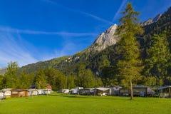 Kampieren in den alpinen Bergen switzerland stockbilder