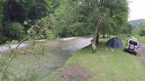 Kampieren durch den Fluss stock footage