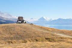 Kampieren in einem Packwagen am See und an den Bergen Lizenzfreies Stockbild