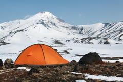 Kampieren im Freien auf Hintergrund des vulkanischen Kegels Stockfoto